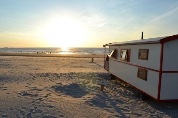 woonwagen strand nederland origineel overnachten